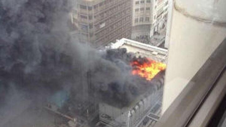 Un aparatoso incendio en un edificio de la Plaza de los Cubos, obliga a desalojarlo
