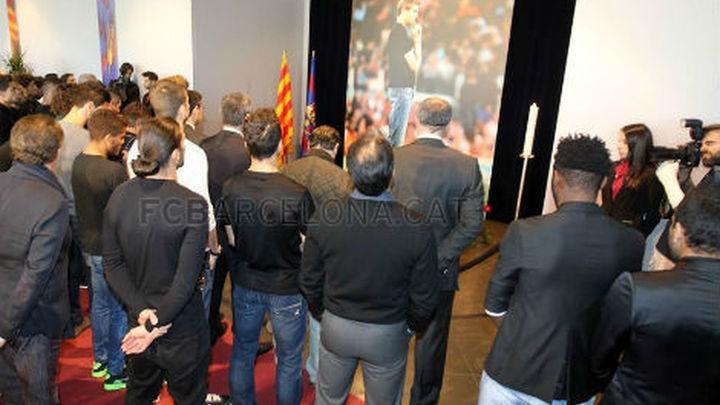 Los jugadores del Barça rinden homenaje a Vilanova
