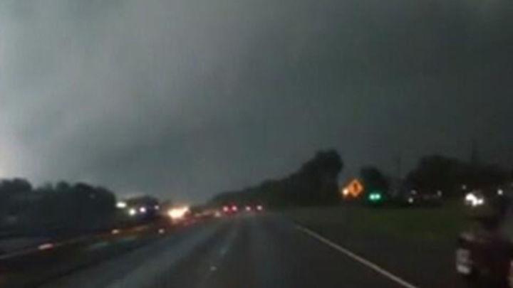 Al menos 18 muertos por los tornados en el centro y sur de EEUU