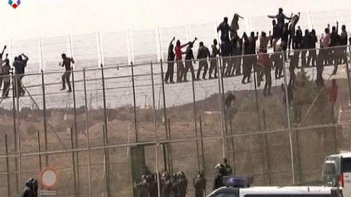 Imputados ocho agentes por los golpes a un inmigrante en la valla de Melilla
