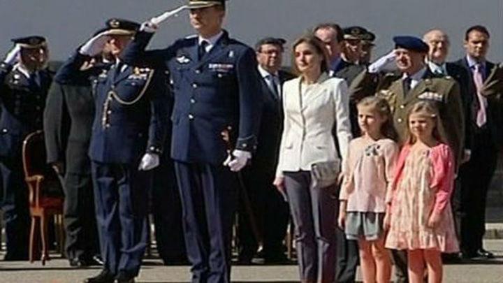 El príncipe renueva la jura de bandera en el 25 aniversario de la Academia del Aire