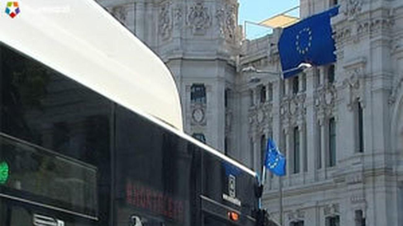 Los autobuses de la EMT lucen banderas de la UE por el Día de Europa