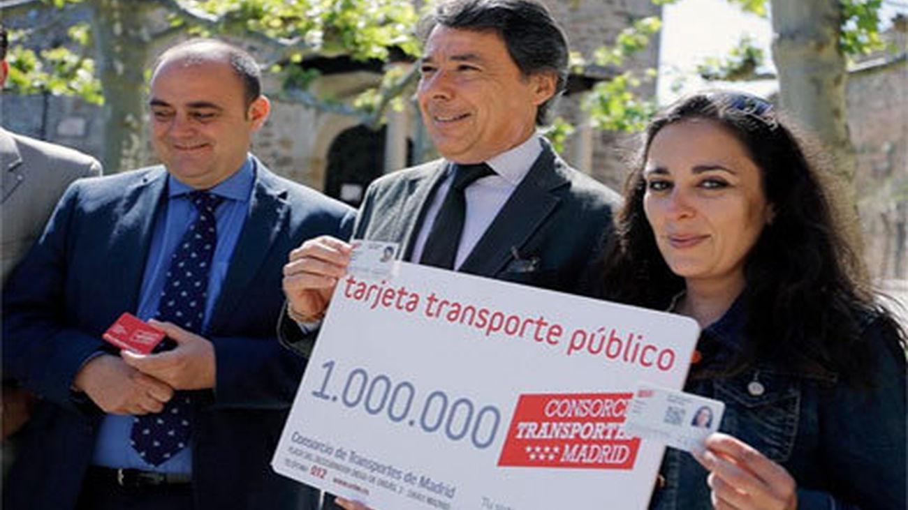 González entrega la tarjeta de transporte público sin contacto un millón