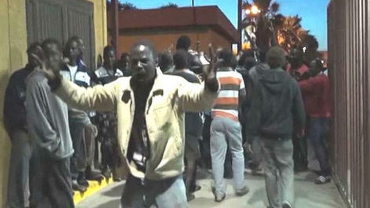 El Gobierno traslada a 150 inmigrantes a la Península para aliviar el CETI de Melilla