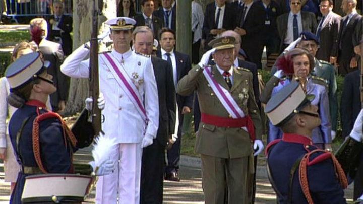 Los Reyes y los Príncipes, entre aplausos, presiden el Día de las Fuerzas Armadas