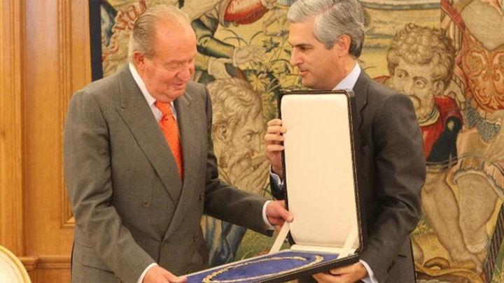 Don Juan Carlos rinde homenaje a Suárez al recibir a su hijo en la Zarzuela