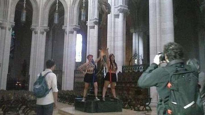 En libertad con cargos las dos activistas de FEMEN que se encandenaron a un crucifijo en la Almudena