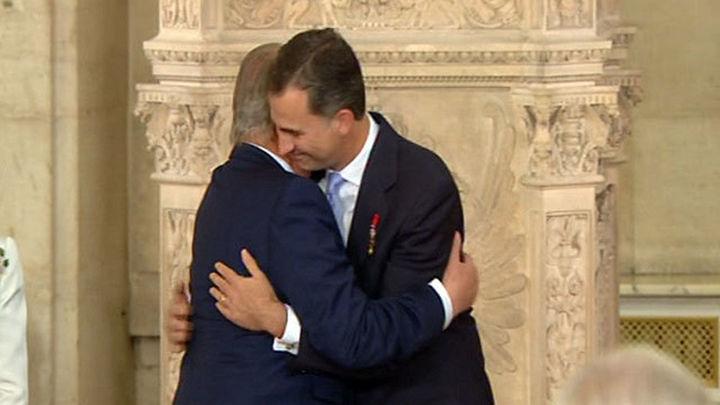 Juan Carlos I firma la ley de abdicación que pone fin a su reinado