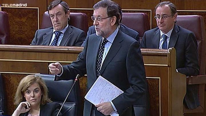 """Rajoy defiende su """"magnífica"""" reforma fiscal y Rubalcaba dice que traerá más recortes sociales"""