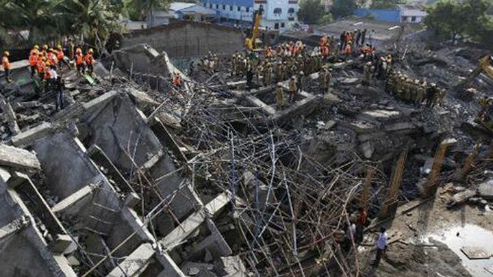 Aumentan a 53 los muertos en el derrumbe de un edificio en la India