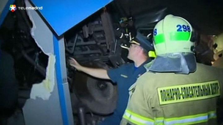 Al menos 20 pasajeros muertos en descarrilamiento en el metro de Moscú