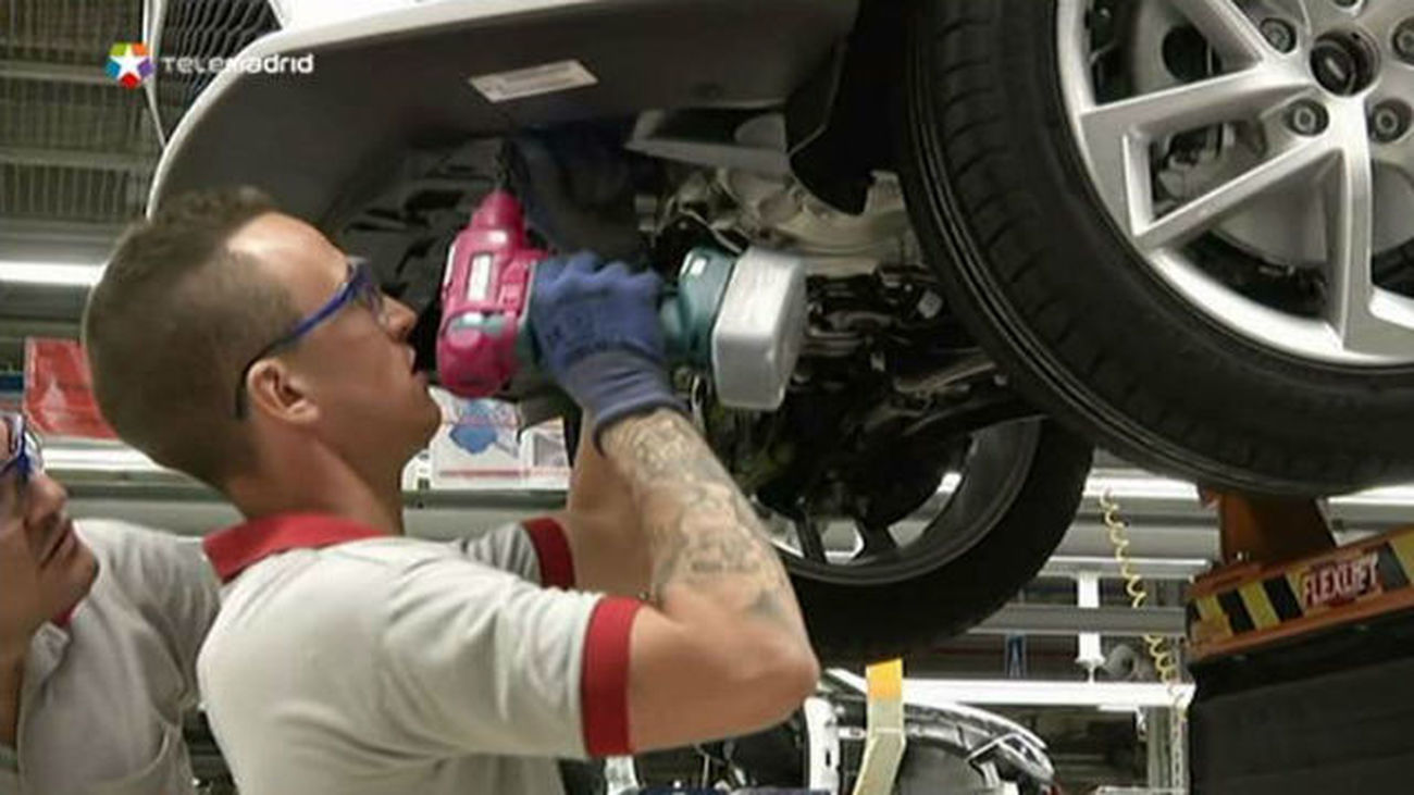 Trabajadores en montaje de coches