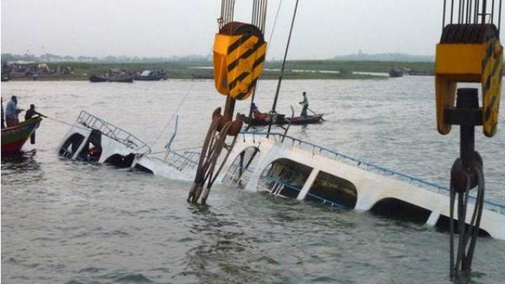 Dos muertos y unas 200 personas desaparecidas en un naufragio en Bangladesh