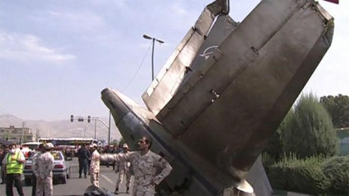 Cuarenta muertos al estrellarse un avión en Teherán