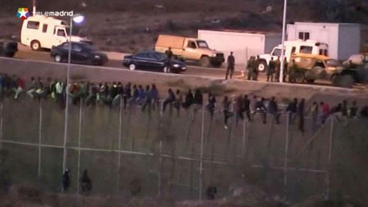 Unos 80 inmigrantes se encaraman a valla durante horas tras un nuevo asalto