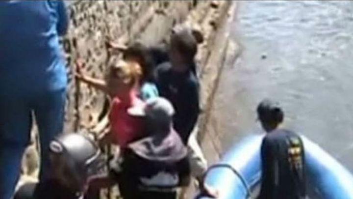 Llegan a Madrid los dos españoles supervivientes del naufragio en Indonesia