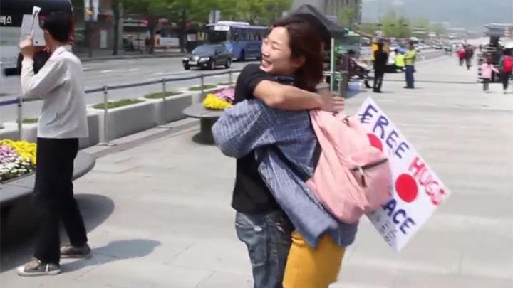Un japonés reparte abrazos por Asia durante tres años para promover la paz