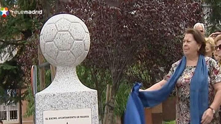 Un monolito recuerda al 'maestro' Luis Aragonés en su barrio de Hortaleza