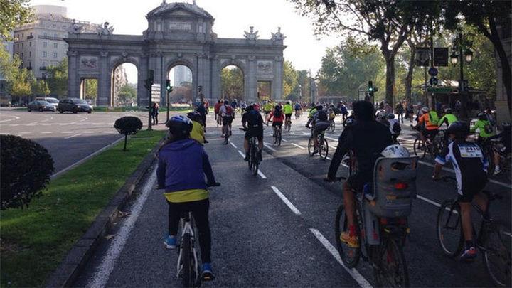 Más de 100.000 personas pedalean por Madrid en el Día de la Bicicleta