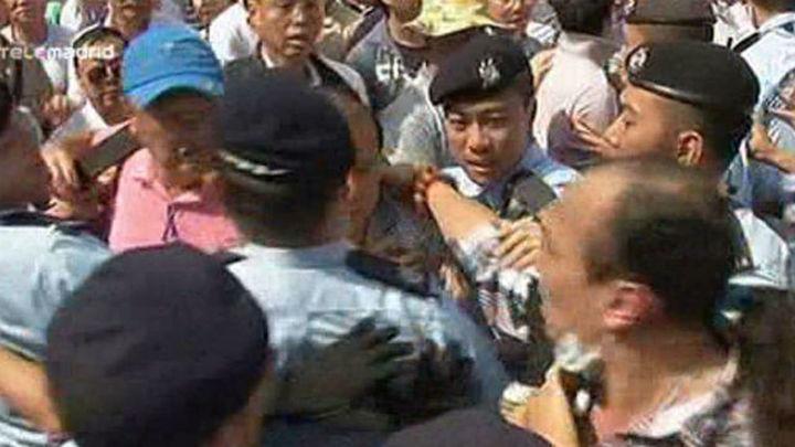 Hong Kong: Centenares de opositores a las protestas se enfrentan a los manifestantes
