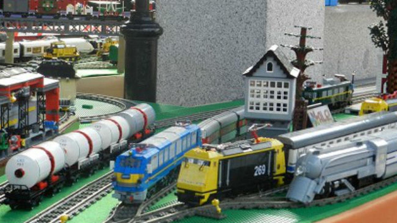 Una exposición de trenes construidos con piezas Lego