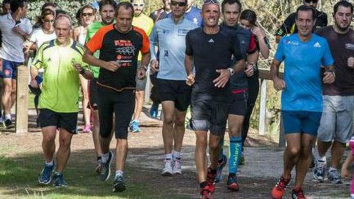 Chema Martínez da una clase de 'running' en el nuevo circuito de la Dehesa de Navalcarbón
