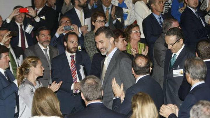"""El Rey insta a contar con las empresas familiares contra las """"altas tasas"""" de paro"""
