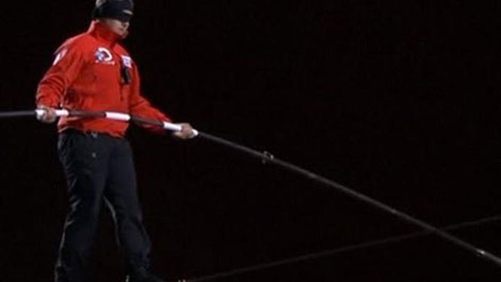 Equilibrista bate récords mundiales al caminar entre rascacielos de Chicago