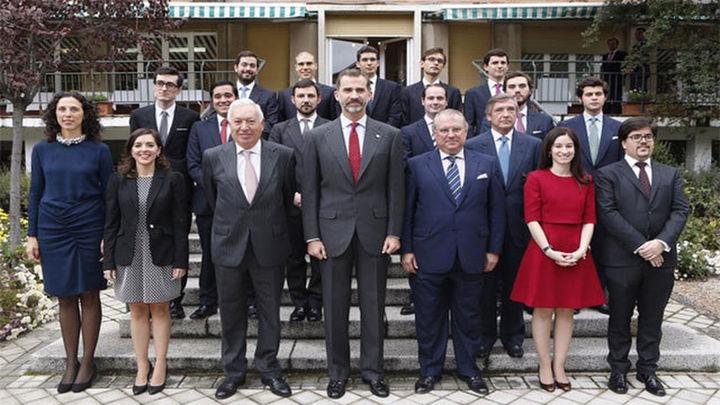 El Rey anima a los nuevos diplomáticos a defender España en un mundo complejo