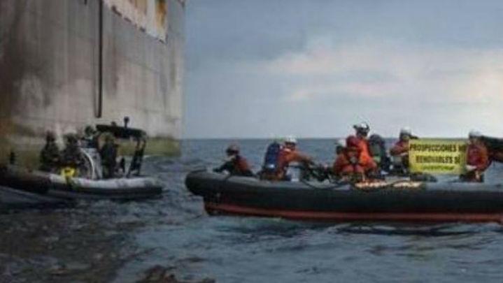 La Armada impide que Greenpeace aborde un buque de Repsol en Canarias