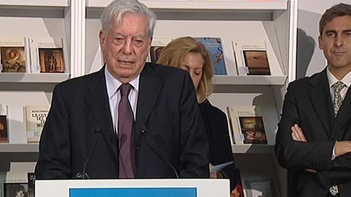 El Gobierno regional aprueba condecorar a Vargas Llosa y al Teatro Real