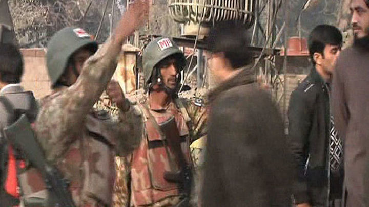 El ejército toma la escuela atacada en Pakistán con al menos 148 muertos