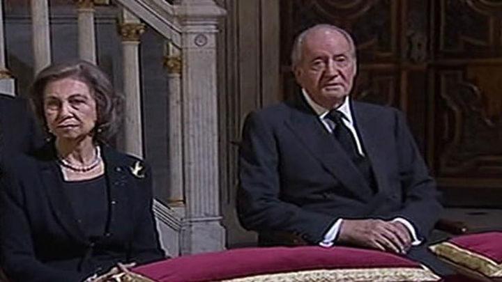 Los Reyes Juan Carlos y doña Sofía presiden el funeral por la duquesa de Alba