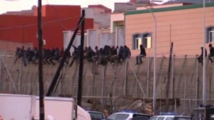 Un grupo de 400 inmigrantes intenta sin éxito saltar la valla de Melilla