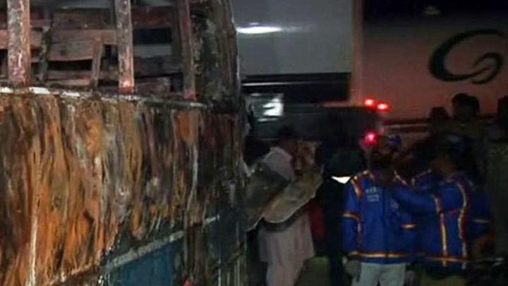 Mueren calcinadas al menos 62 personas en un accidente de tráfico en Pakistán