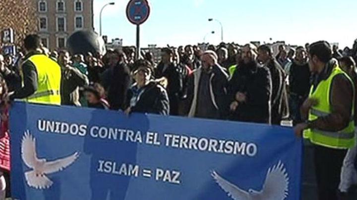Cientos de personas se concentran en Madrid en repulsa de los atentados de París