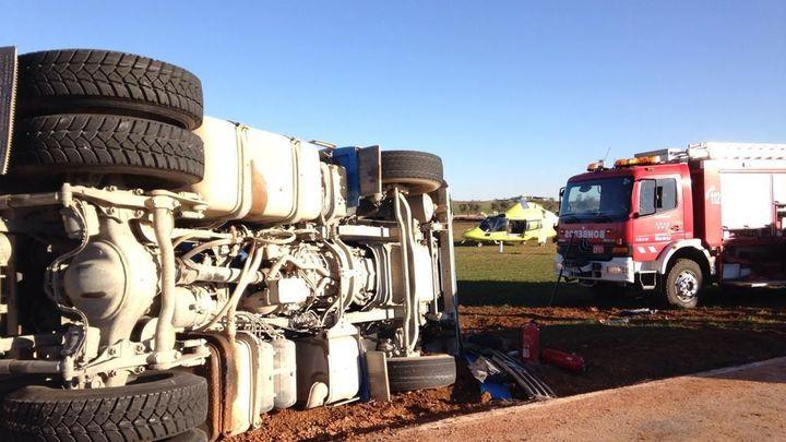 Un conductor herido leve tras un aparatoso accidente de camión en Campo Real