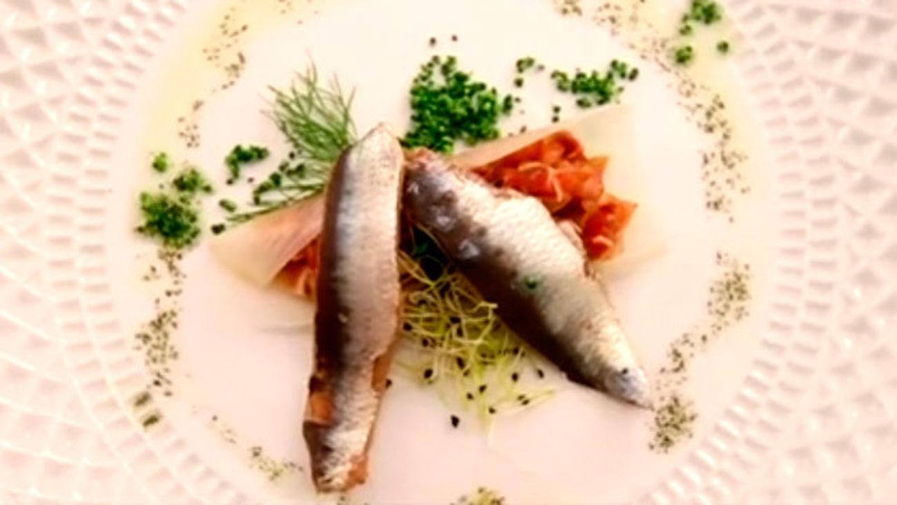 Oreja teriyaky sobre barca de puerro y sardina en salazón