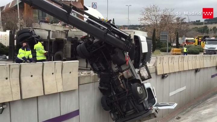 La cabina de un camión queda suspendida en lo alto de un puente en la A-3
