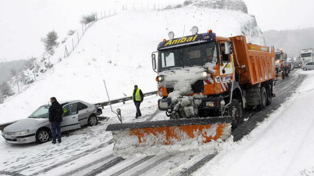 Un total de 40 quitanieves y 212 efectivos trabajan para acondicionar las carreteras de Madrid