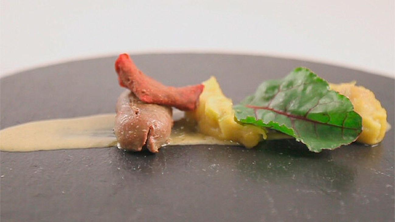 Riñones con compota de cebolla y crujiente de remolacha