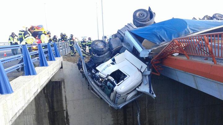 Queda colgado dentro de la cabina del camión en un puente de la M-45