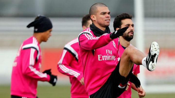 Pepe se entrena con el grupo y Sergio Ramos, sobre el césped en solitario