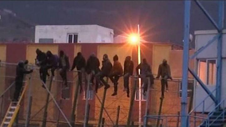 Cien inmigrantes intentan entrar a Melilla en un salto a la valla de 10 horas