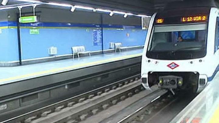 Una persona ciega se salva de ser arrollado por un tren de la vía en Metrosur