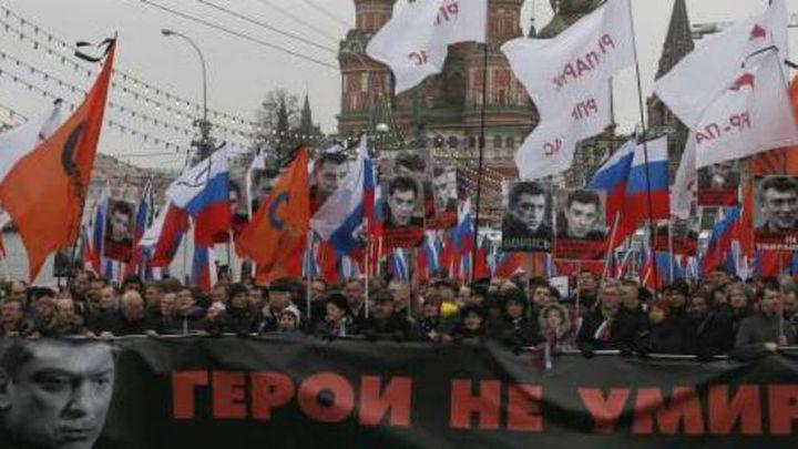 Miles de moscovitas participan en una marcha en memoria de Nemtsov