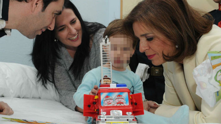 Ana Botella, con los bomberos en el Hospital de San Rafael