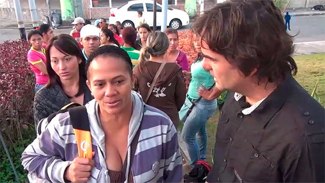 cake Minuesa entrevista a ciudadanos venezolanos en una de las largas colas que se forman para entrar en los comercios