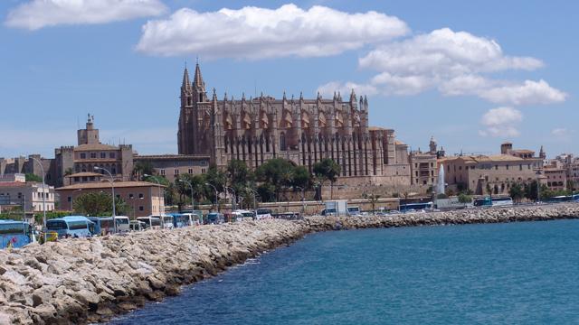 Los madrileños viajan en busca del calor en Semana Santa
