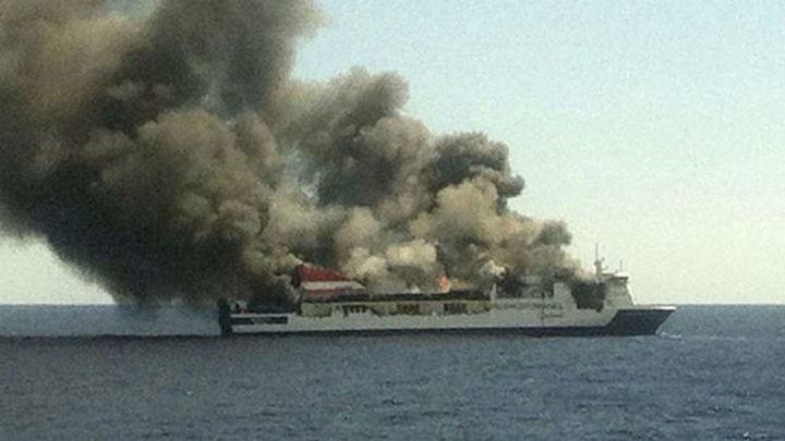 Llegan al puerto de Palma los evacuados del ferry incendiado